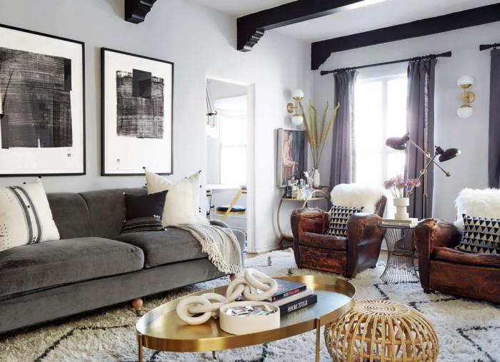 zwei Sessel, graues Sofa, gerundeter goldener Coachtisch, Wohnzimmergestaltung