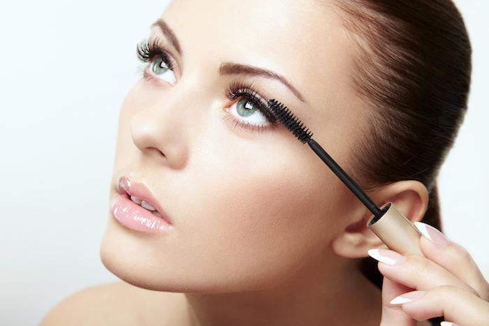 natürliches make up für den alltag, frau mit grünen augen, französische maniküre, mascara auftragen