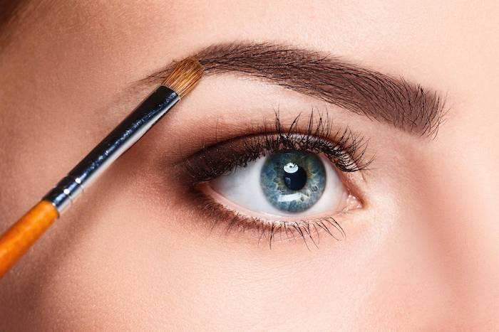 natürliches make up machen, frauen auge, schminkpinsel, perfekte augenbrauen schminken