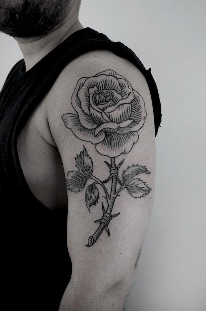 Idee für Tattoo am Oberarm, Rose mit großer Blüte, schwarze Tattoos für Männer