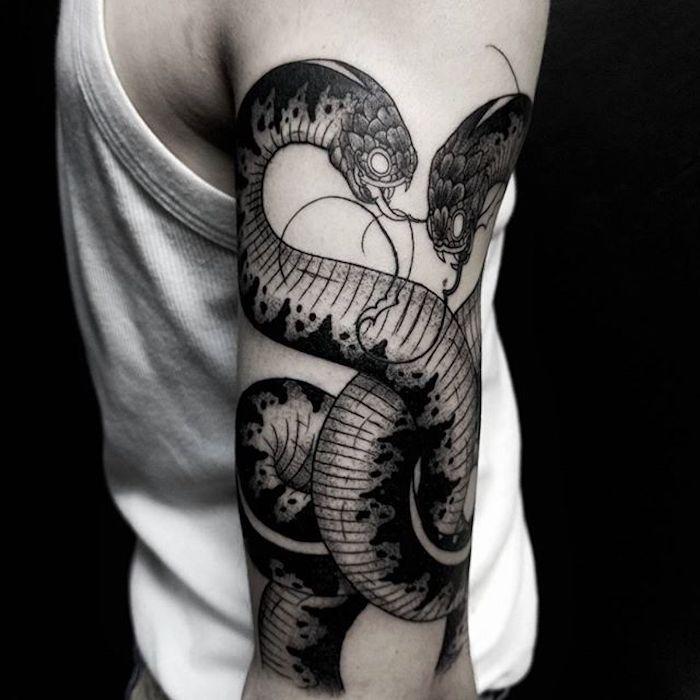 Idee für Tattoo am Oberarm, zwei große Schlangen, Tattoo Motive für Männer