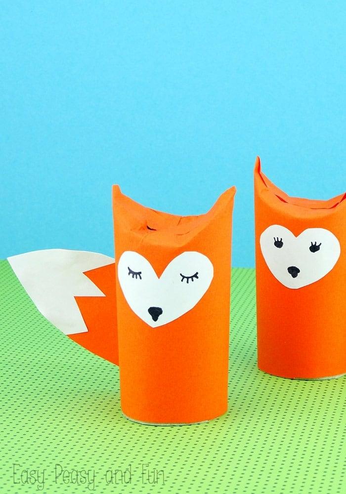 zwei Füchse mit weißen Herzgesichter, ein mit geschlossenen Augen, Bastelideen mit Klopapierrollen