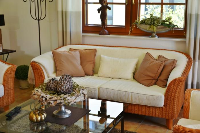 ein Tisch aus Glas, ein modernes Sofa, Einrichtungsideen Wohnzimmer, Fliesen am Boden