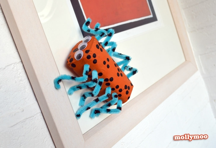 eine Spinne mit blauen Beinen und orange Körper, Basteln mit Klorollen