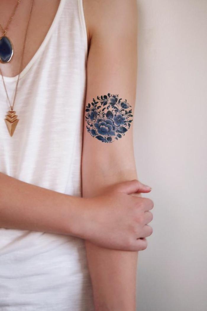 blumen und ihre bedeutung, runde tattoo idee, voll von blumen blaue blumen, goldene kette am hals