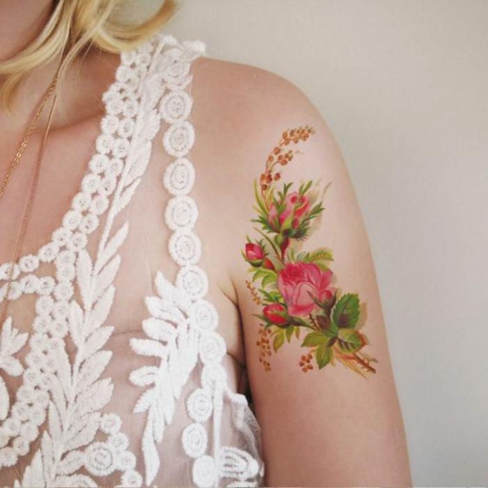 vergissmeinnicht tattoo, buntes tattoo am arm und schulter, schönes kleid aus spitze in weißer farbe