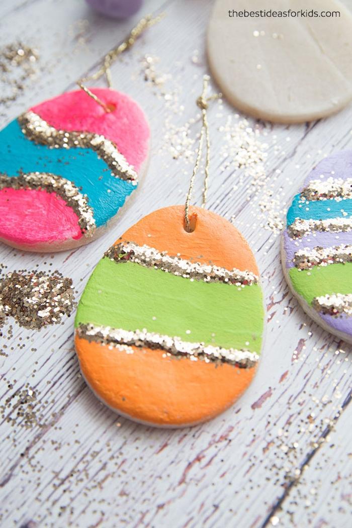 Osterdeko mit Kindern basteln, Ostereier aus Fimo selber machen, bemalen und mit Glitter dekorieren