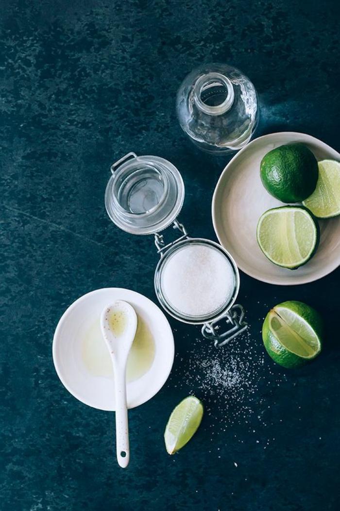 gesichtspeeling ideen zum selbermachen, salz, zitrone, kokosnuss öl alles zusammen mischen