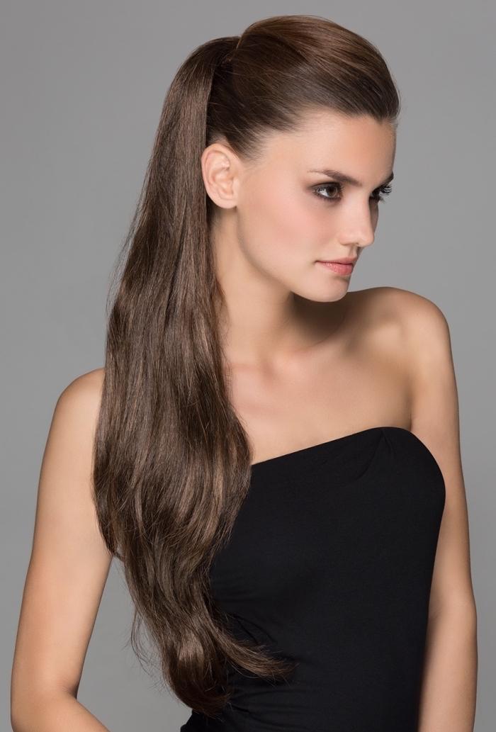 Simple und elegante Abendfrisur, hoher Pferdeschwanz, lange kastanienbraune glatte Haare, trägerloses schwarzes Top