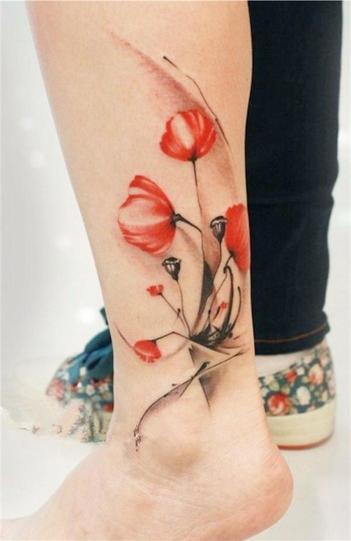 tattoo wasserfarben, rote blumen am arm oder fuß, frauentattoos mit besonderer bedeutung, damenideen