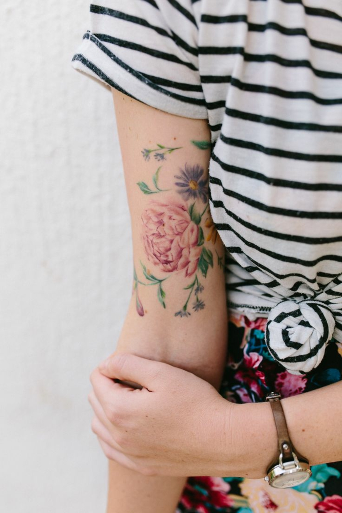 tattoo wasserfarben, bunte tattoos am arm einer frau, kariierte bluse, bunte rosen, tattoo idee