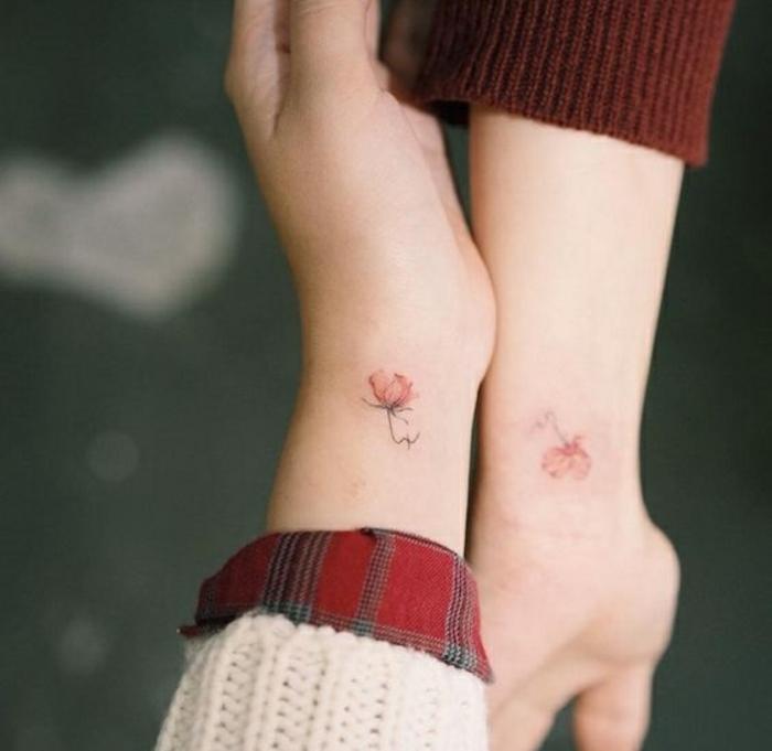 tattoo blumen motive und ideen, kleine blumen von rosen als symbol der reundschaft und liebe, freundinnen