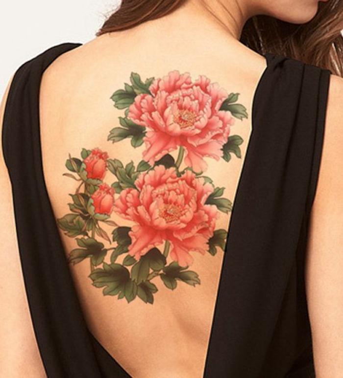 tattoo bilder ideen für tattoos am rpcken, große rote blumen mit schöner bedeutung, damentattoo
