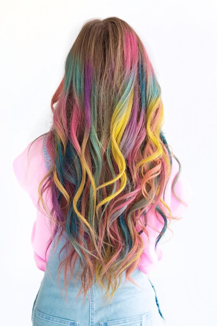 Haare bunt färben, Regenbogen Strähnen, lange Haare, schöne Wellen, rosa Top, hellblaue Jeans