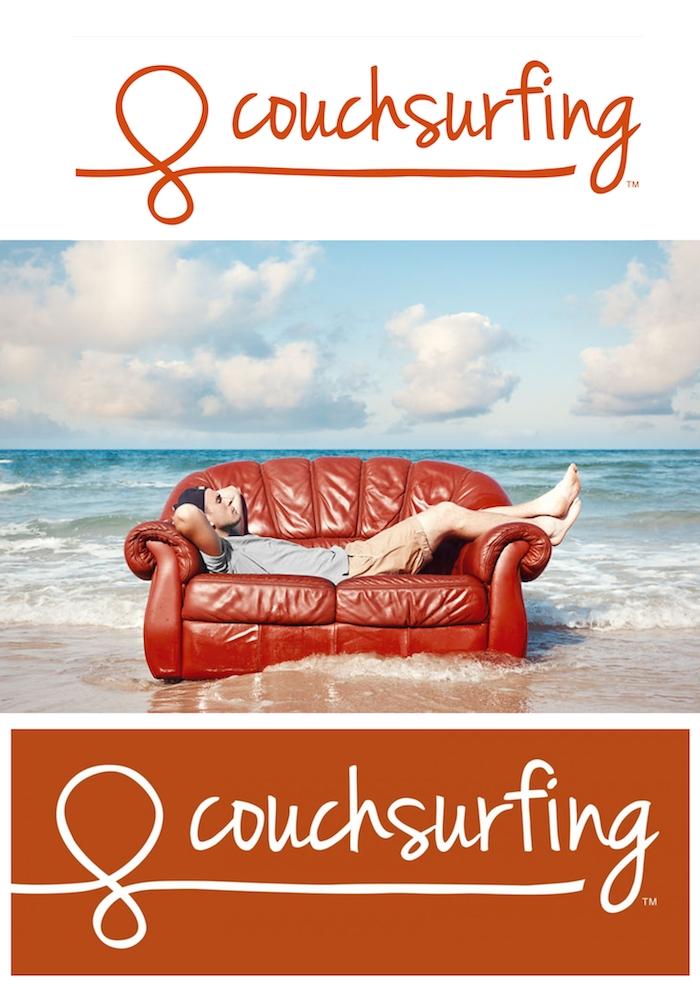 couchsurfing - ein mann und ein braunes sofa, meer und strand