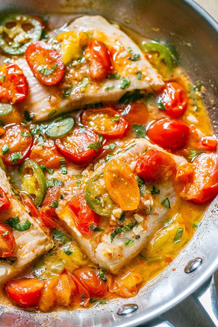 rezepte kalorienarm, pfane aus metall, fisch backen, cherry tomaten und grünem paprika