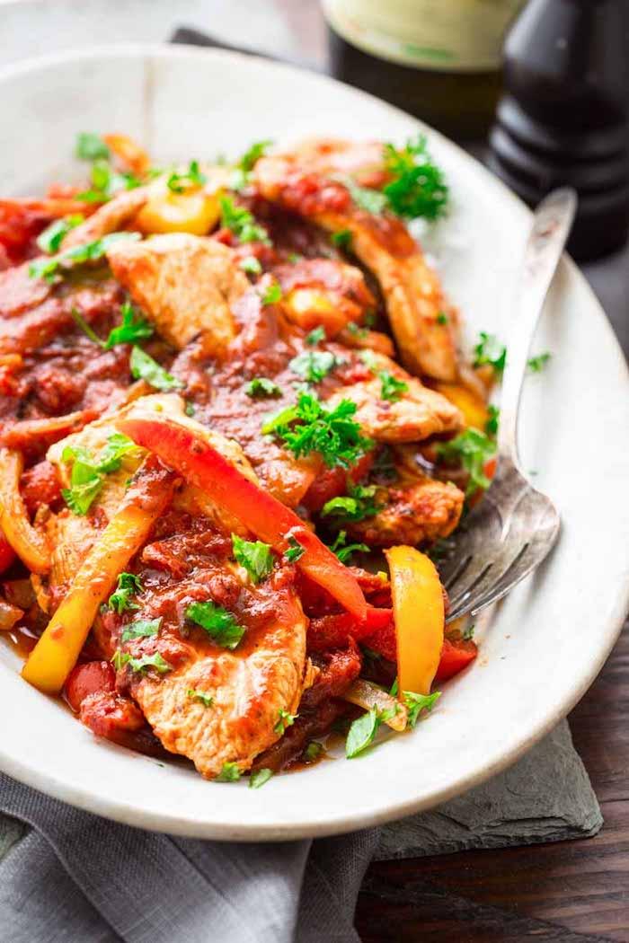 fisch mit tomatensoße und paprika, rezepte kalorienarm, ein gabel, gesunde rezepte