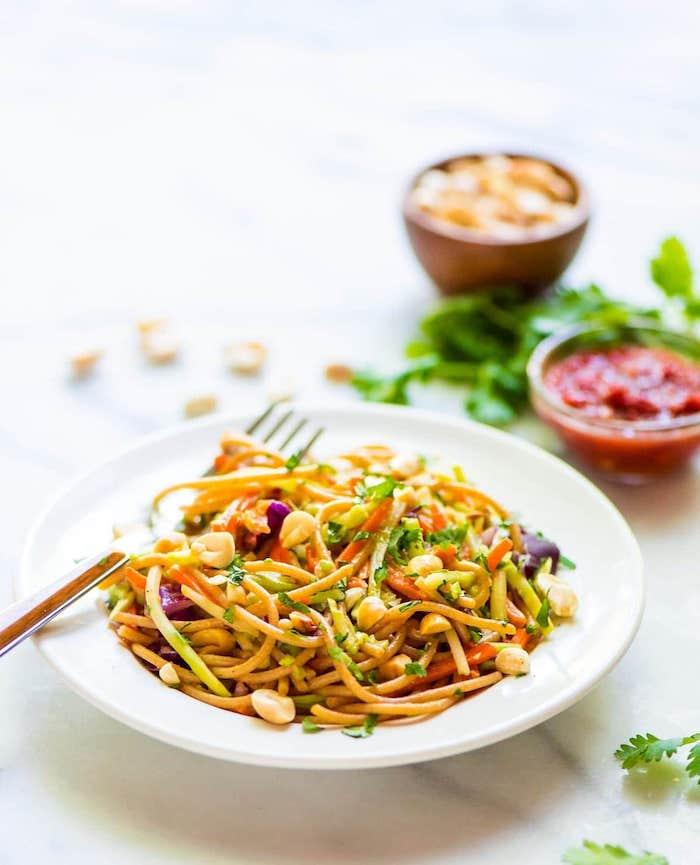 nudelsalat selber machen, kalorienarme rezepte, asiatische gerichte, tomatensoße, erdnüssen