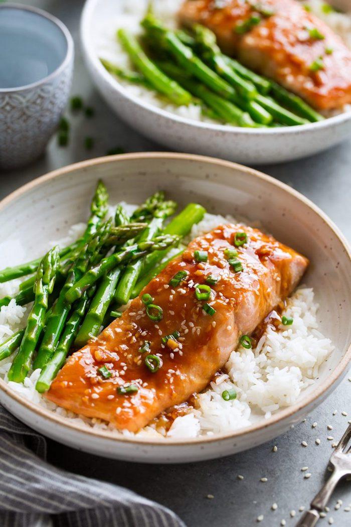 kalorienarme rezepte, lachse mit reis, spargeln und teriyaki soße, fisch mit gemüsen