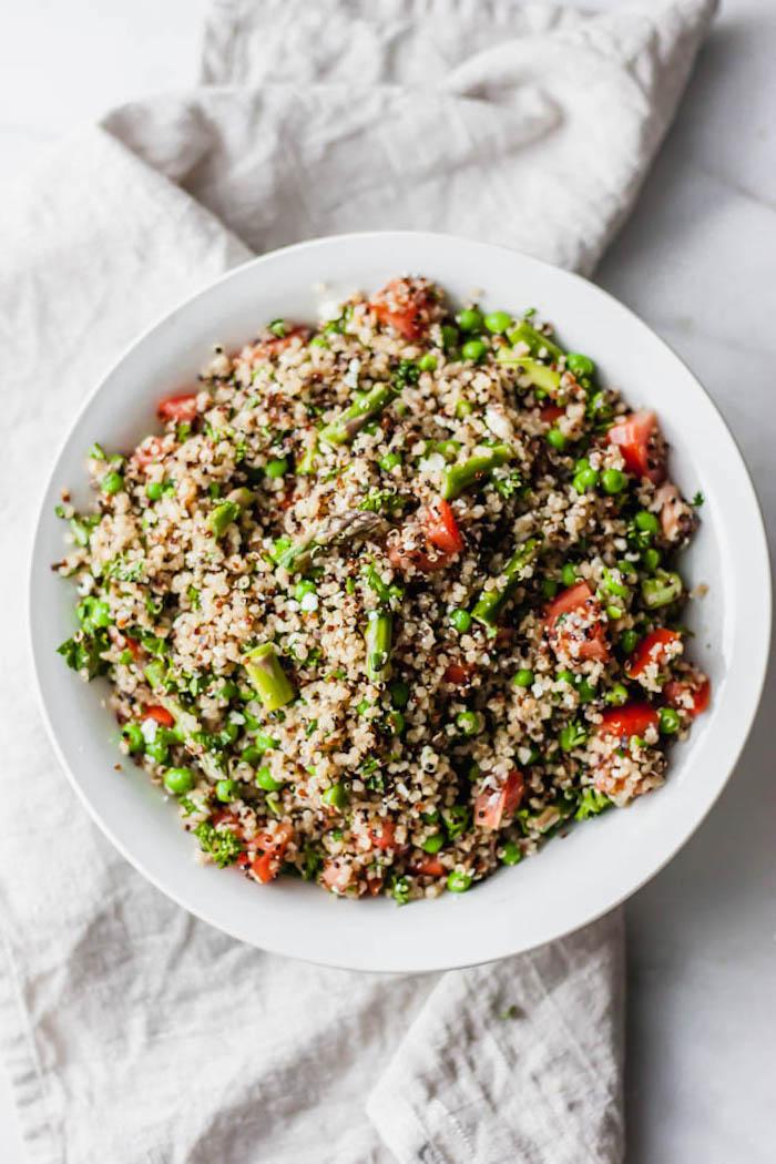 kalorienarme rezepte, quinoa mit spargeln, erbsen und tomaten, gesunder salat