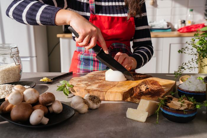 Risotto Rezept Schritt für Schritt, Schalotte in Ringe schneiden, vegetarische Rezepte