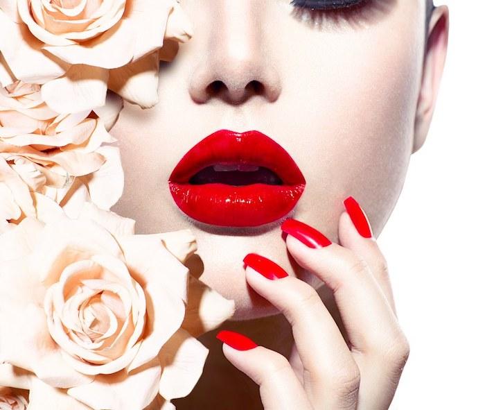 richtig schminken, frau, frauengesicht, knallroter lippenstift, glänzende lippen, lange rote nägel, rosen