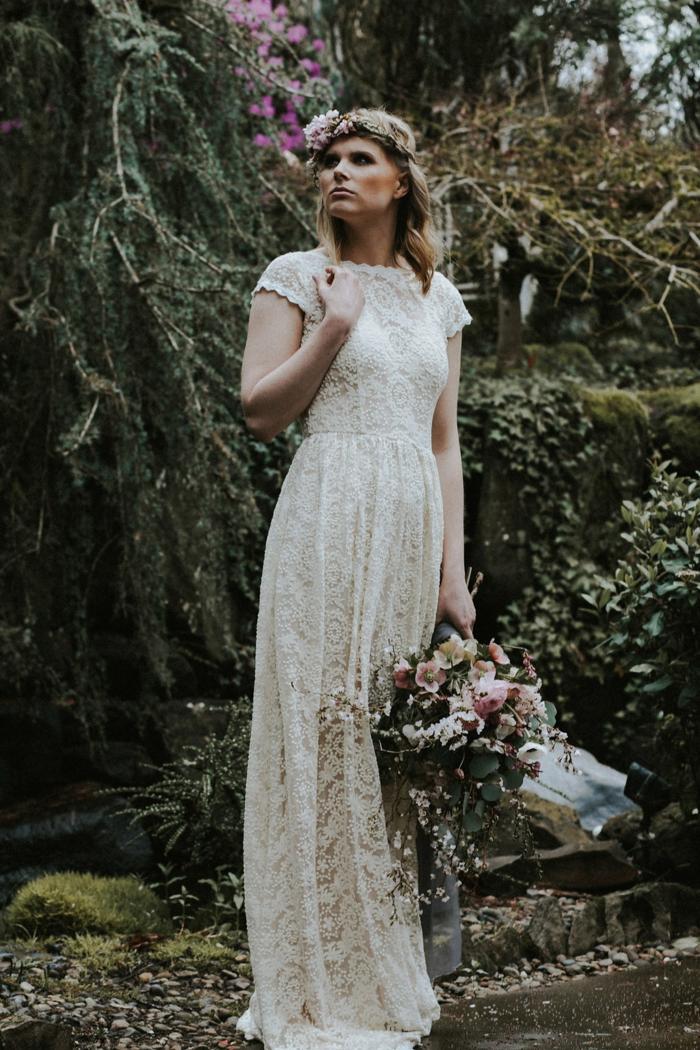 schneeweißes Spitzenkleid, Brautkleid Boho Spitze, eine Hochzeit im Garten