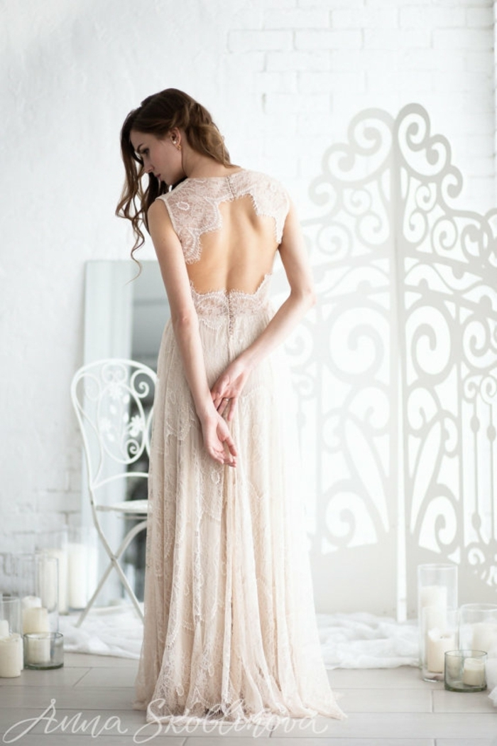 nackter Rücken, cremiges Hochzeitskleid, Brautkleid Boho Spitze, braunhaarige Braut