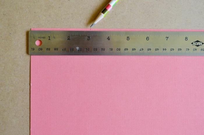 Geschenktüten selber basteln, eine Linie und Papier in rosa Farbe beim Messen