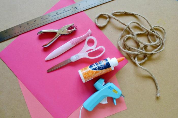 die Materialien für rosa Geschenktüten selber basteln, Scherren, Heißkleber und anderes