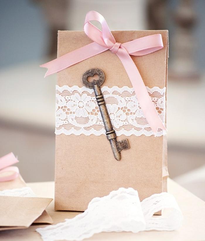 Geschenktüte basteln aus braunem Papier, Geschenktüte für Hochzeit, rosa Schleife, Spitze und eine kleine Schlüssel