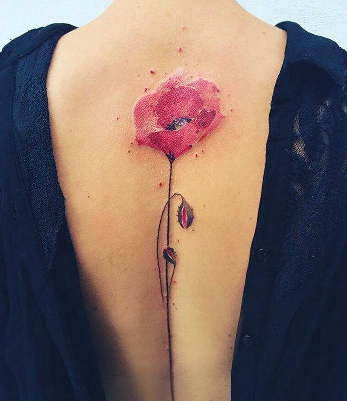 rosen tattoo schulter oder rücken, wasserfarbe rot, tattoo am rücken, damentattoos motive, designs, ideen mit stil