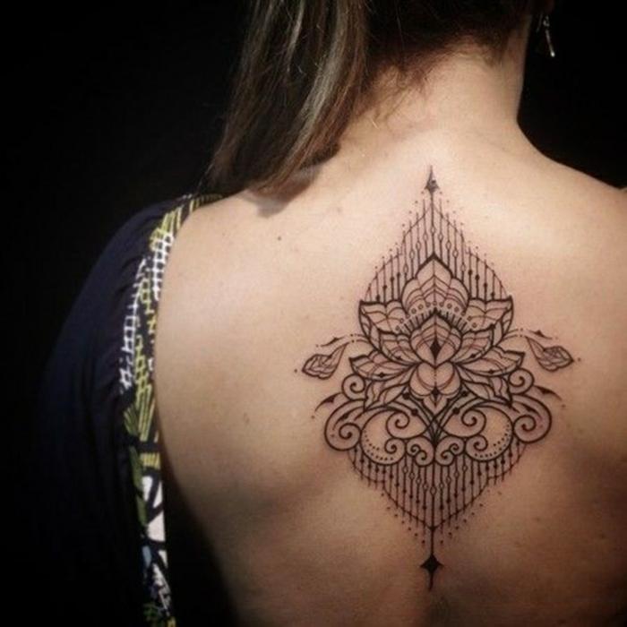 tattoo wasserfarben, mandala tattoo idee am rücken, tattoo gestaltung kreativ, schön, östliche tradition