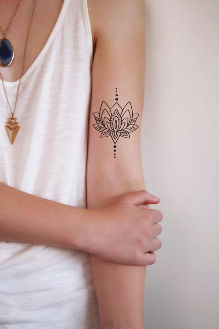 tattoo wasserfarben, mandala zeichnung am arm, eine frau mit weißem top und goldene kette am hals