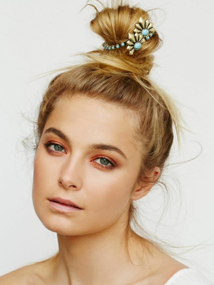 blonde Haare mit einem hübschen Haarschmuck, nettes blauaugiges Mädchen