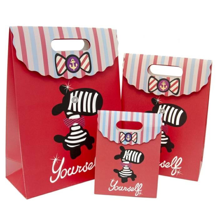 Geschenktüte falten, rote Papiertüten, kleine Zebras als Dekoration Aufschrift Yourself