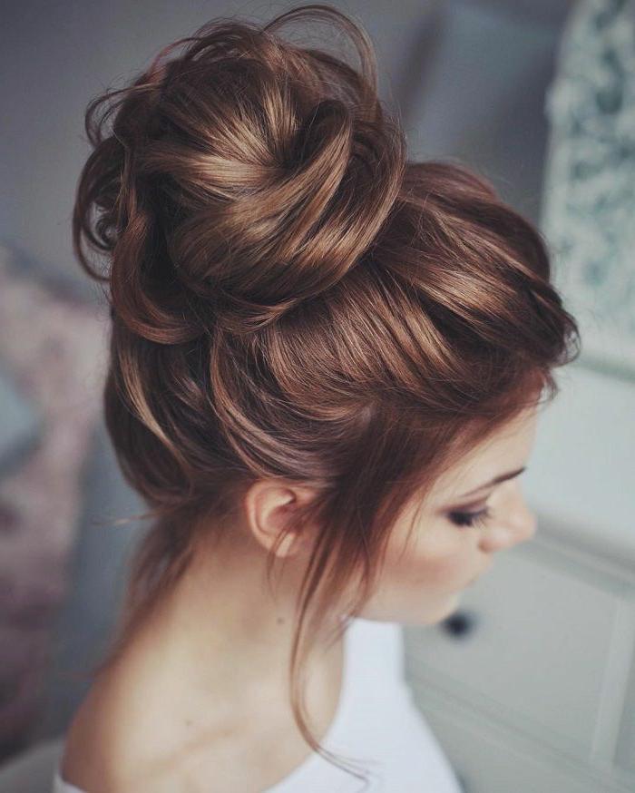 rote Haare, Haardutt, ein sehr nettes Mädchen mit weißer Bluse