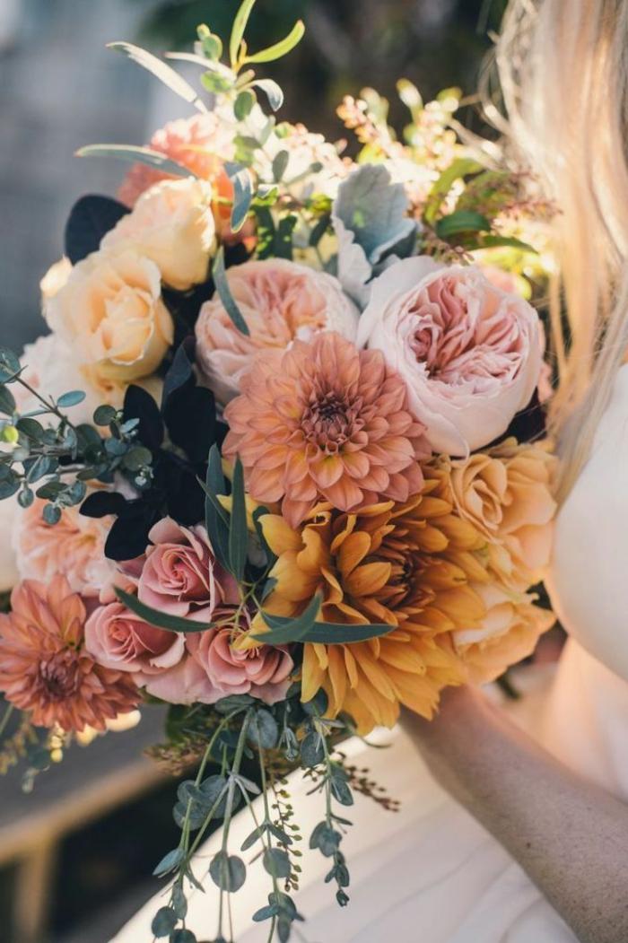 tischdekoration selber machen, schöner blumenstrauß aus pfingstrosen orange, rosa, weiß deko ideen