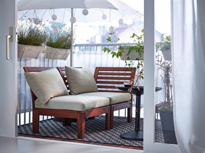 ungeschichte balkon ideen, die besonders cool aussehen, kleinen raum gestalten mit stil, vom wohnzimmer in den balkon kommen, holzsofa mit kisse, bequem
