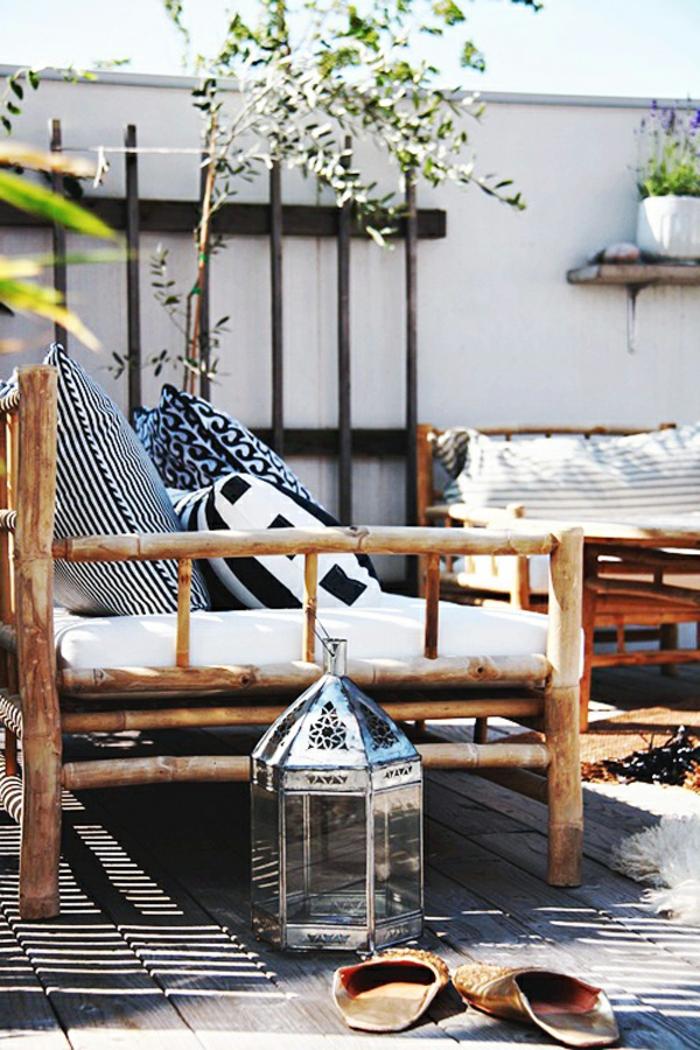 balkon einrichten im authentischen stil, hölzernes sofa, deko kissen, pflanze, lampe designer idee