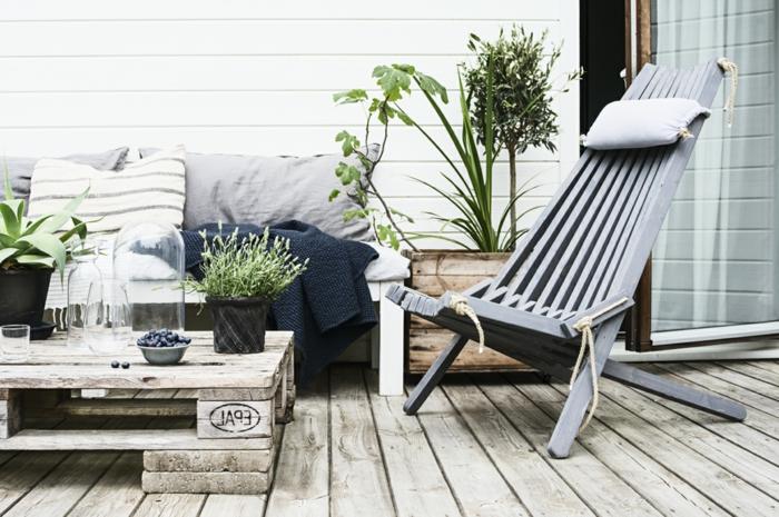 balkon gestalten mit wenig geld, skandinavischer stil wirkt elegant, schlicht, schick und kann billig und schnell gestaltet werden, palettenmöbel, käuter in blumentöpfen pflanzen, sessel aus holz