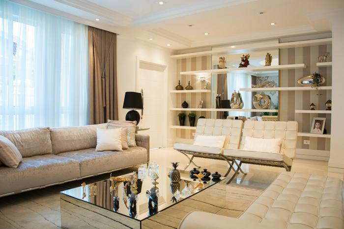 schönes Wohnzimmer mit zwei Sofas