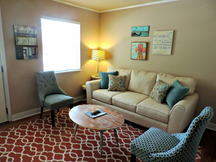 ein roter Teppich mit Blumen, ein Sofa und zwei Sessel, Schabby Chic Tisch, Einrichtungsideen Wohnzimmer