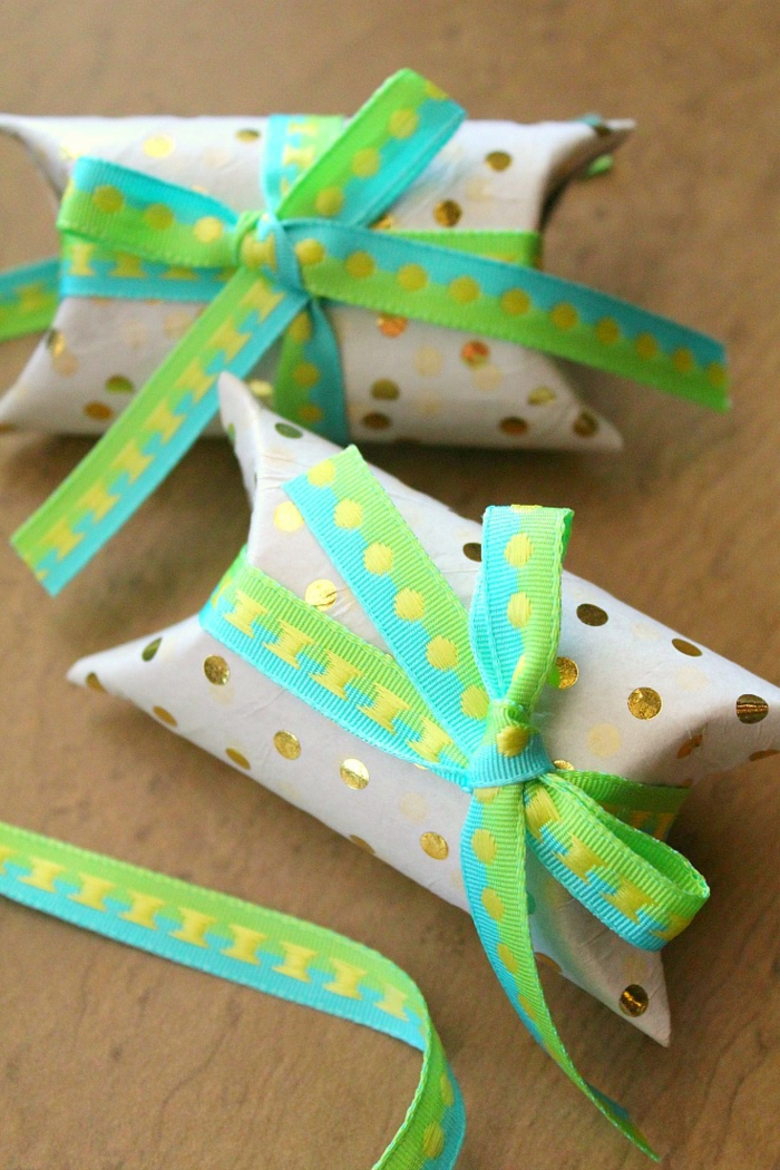 zwei kleine Schachtel, grüne und blaue Bänder als Dekoration, goldene Punkte, Basteln mit Klopapierrollen