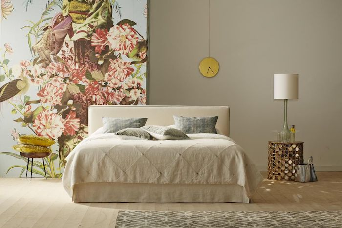 Schlafzimmer einrichten und dekorieren, Tapete mit Blumenmuster, Bett in Beige