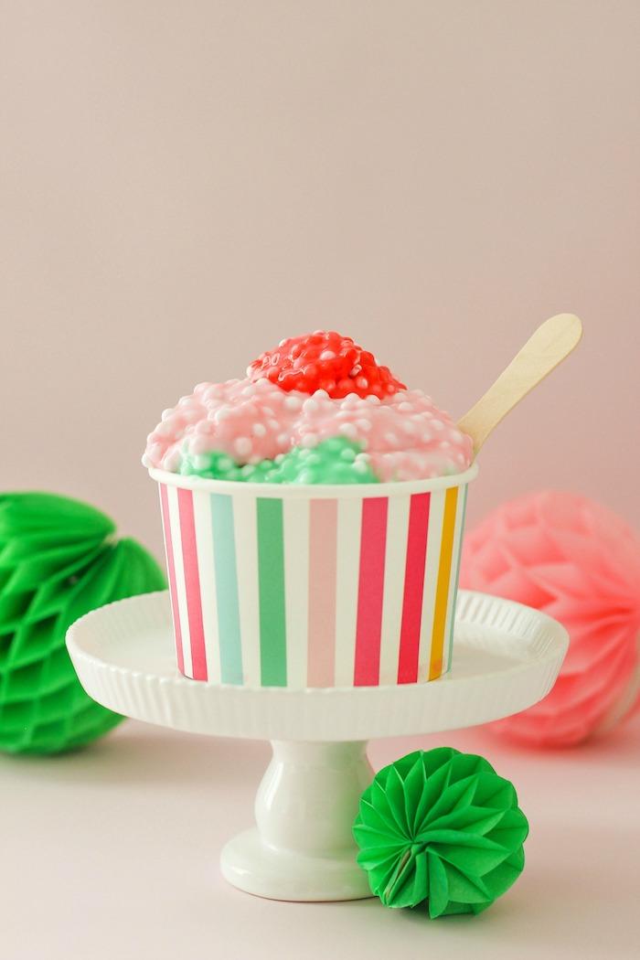 Schleim in Form von Eiscreme, in drei Farben, Rosa Rot und Grün