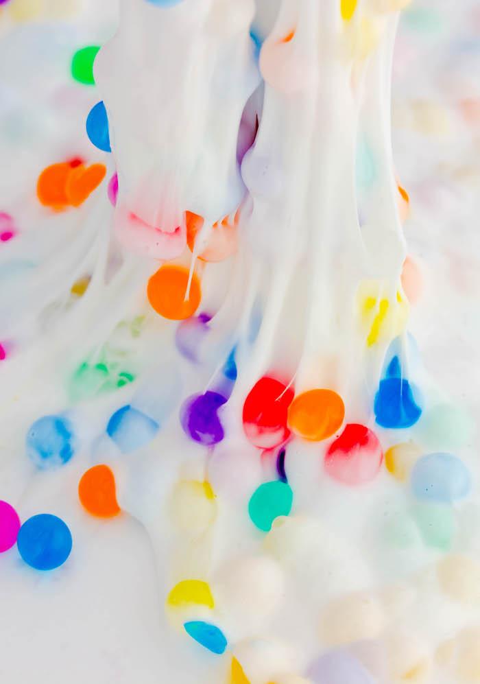 Weißer Schleim mit kleinen bunten Blasen, Slime ohne Kleber, Spaß für Kinder