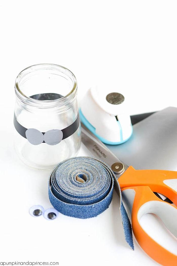 Minions aus Schleim selber machen, Materialien dazu, Einmachglas Schere Wackelaugen und Band