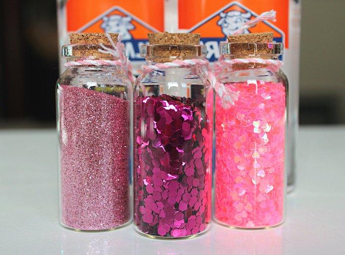 Rosafarbene Pailletten und Glitter, kleine Herzchen, Zutaten für selbstgemachten Schleim