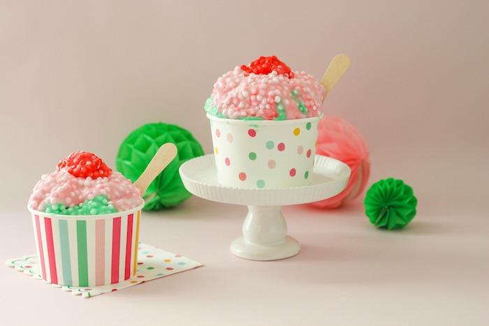 Schleim in Form von Eiscreme, mit kleinen Blasen, drei Farben, Grün Rosa und Rot